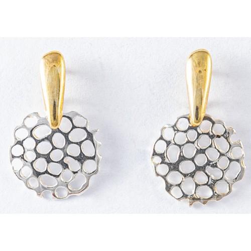 COLMEA- Pendiente Pequeño con gancho rígido y decoración en oro.