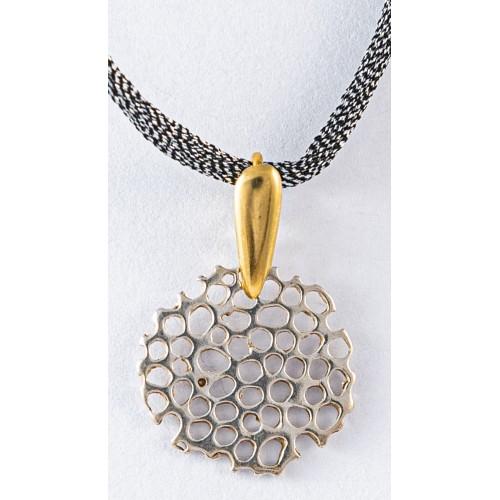 COLMEA - Colgante Pequeño en plata con decoración en oro.